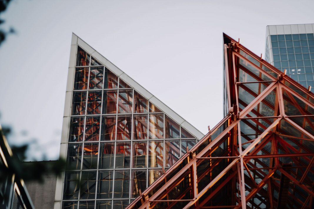 A estrutura metálica de um edifício utilizou-se dos fundamentos da engenharia estrutural. Foto por Taylor Wrigh on Splash